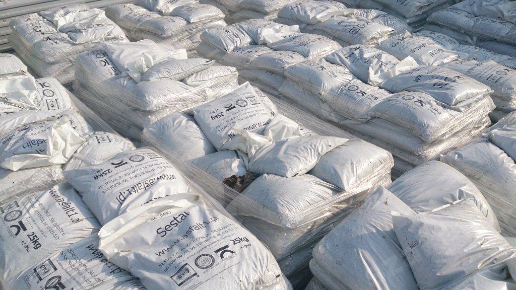 Studený asfalt v taškach vozovky