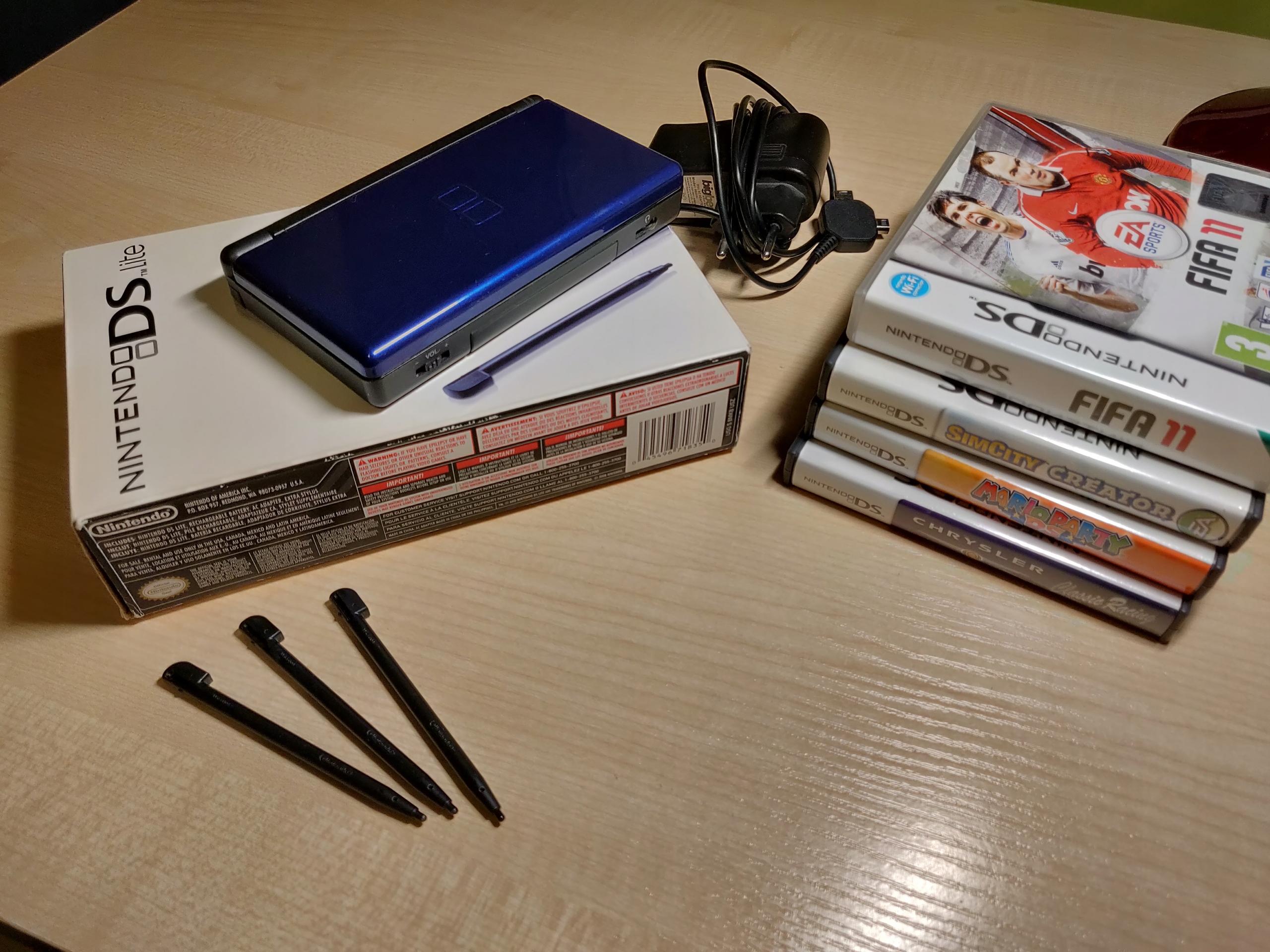 Nintendo DS Lite + 4 gry i akcesoria