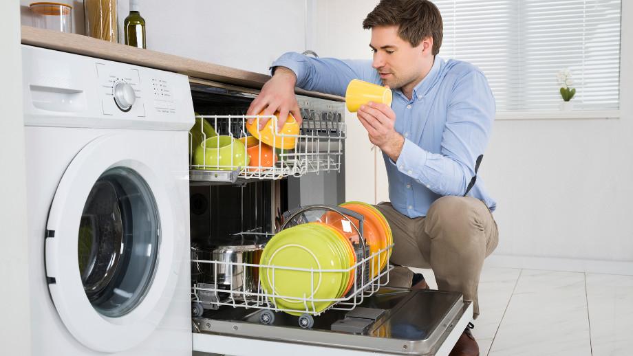 Zmywarka vs ręczne zmywanie – wady i zalety