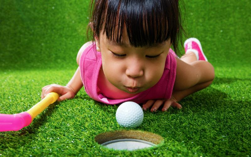 5 zestawów  do gry w minigolfa idealnych do zabawy w ogrodzie