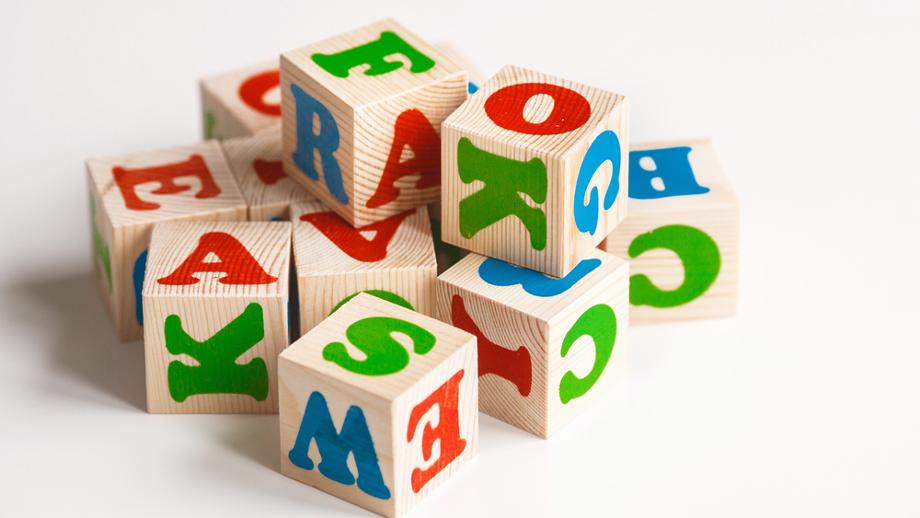 Klocki drewniane z alfabetem – pomoc w nauce czytania