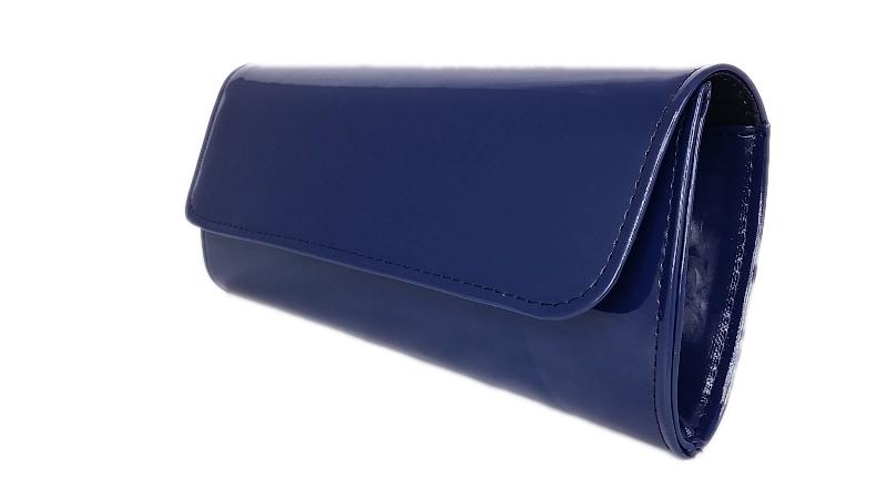 c2f5ba27b0c548 W ofercie klasyczna usztywniana torebka kopertówka granatowa wykonana z  najwyższej jakości materiału skóropodobnego lakierowanego.