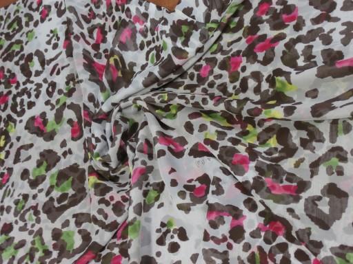 beżowy jedwabny szyfon w kolorową panterkę